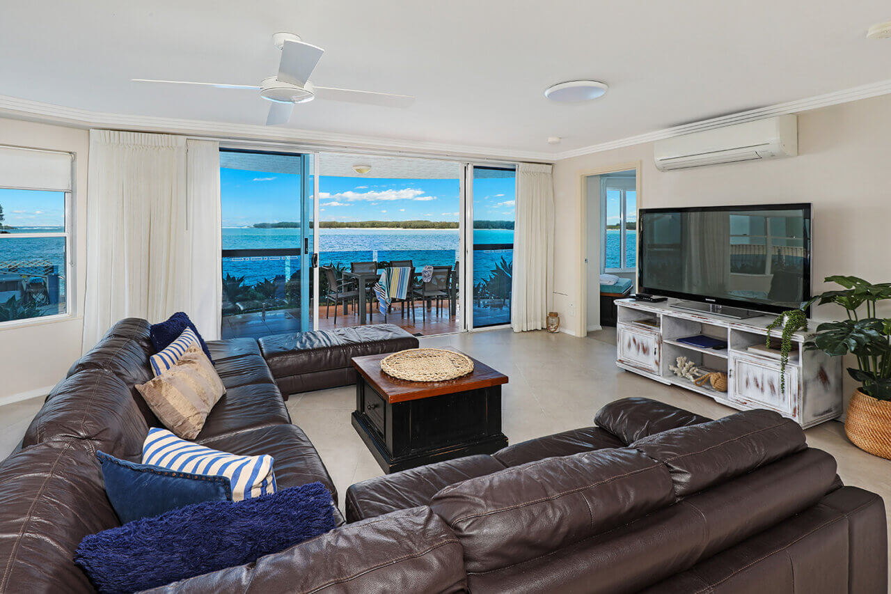 Waterfront 9, Lounge with water view